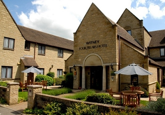 Oxford witney four pillars hotel save up to 70 on for Luxury hotel oxford