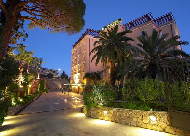 Lovely cliffside hotel in sicily 39 s taormina save up to for Boutique hotel taormina