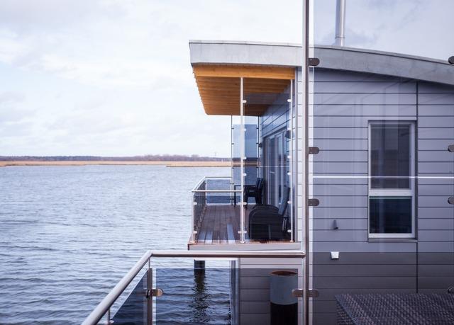schwimmende ferienh user nahe der ostsee sparen sie bis. Black Bedroom Furniture Sets. Home Design Ideas